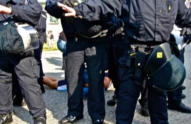 Bei der Demonstration am 3.8.13 in Berlin wurde ein Polizeibeamter in Zivil von Gegendemonstranten angegriffen und verletzt.